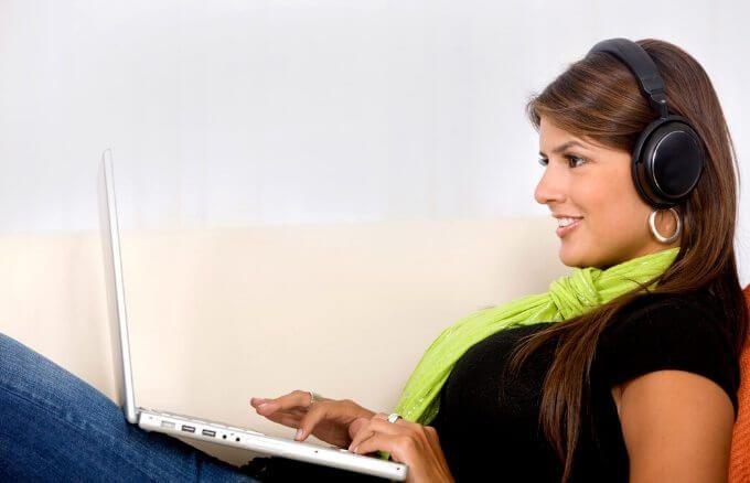 Una persona sentada ante un ordenador Descripción generada automáticamente