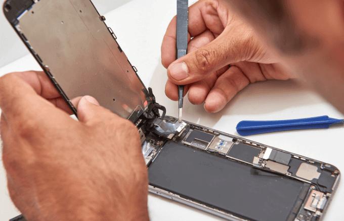 Una mano que sostiene un cuchillo Descripción generada automáticamente
