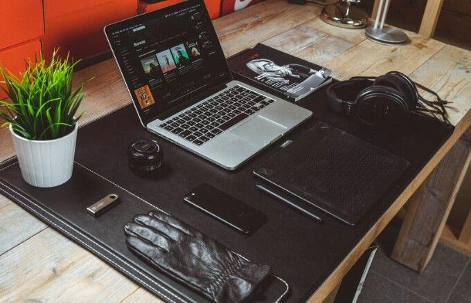 Un ordenador sentado sobre una mesa Descripción generada automáticamente